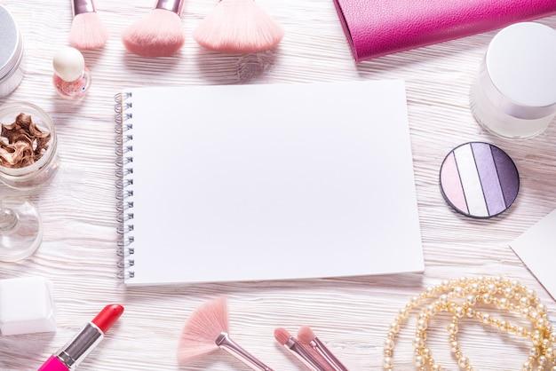 Papier notizbuch flach lag modell auf holz kosmetiktisch