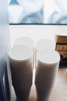 Papier- oder plastikbecher für kaffee oder tee.
