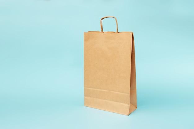 Papier-öko-tasche auf blauem hintergrund.