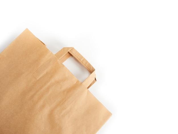 Papier-öko-tasche lokalisiert auf weißem hintergrund. umweltschutzkonzept, ökologie