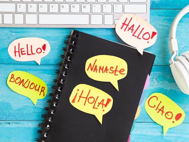 Papier-sprechblasen auf notebook geschrieben