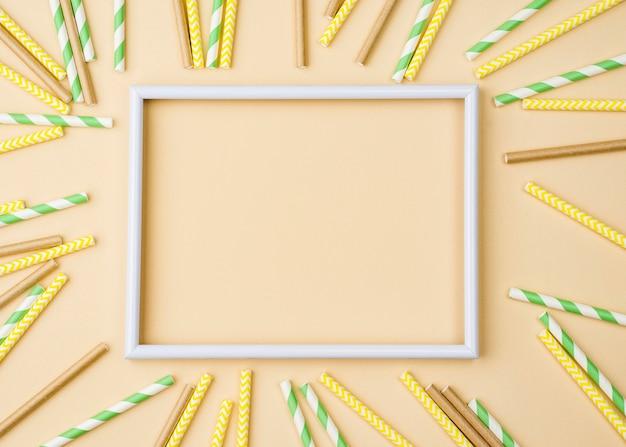 Papier und bambus öko strohhalme leeren rahmen