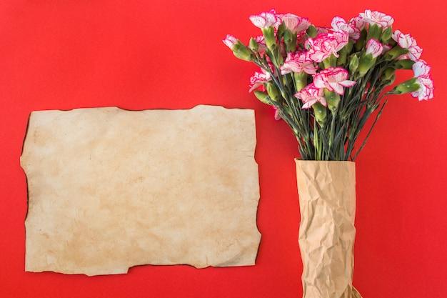Papier und bouquet von frischen, wunderschönen blüten