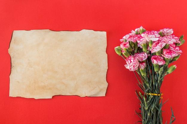 Papier und bouquet von frischen, wunderschönen blumen