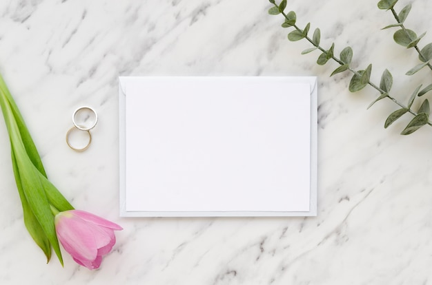 Papier und tulpenblume leeren