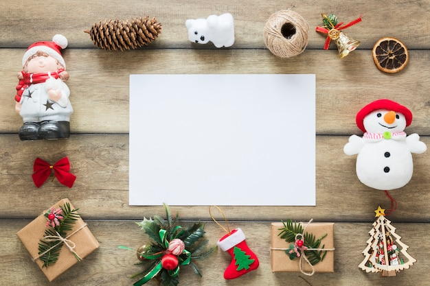 Papier zwischen weihnachtsspielzeug und geschenkkartons