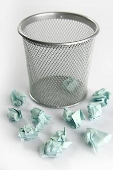 Papierabfall getrennt über weiß