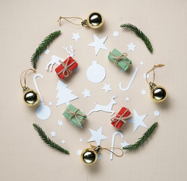 Papierausschnitt und weihnachtsverzierung, die kreis auf beige hintergrund bilden