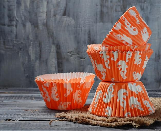 Papierbackschalen für halloween-cupcakes