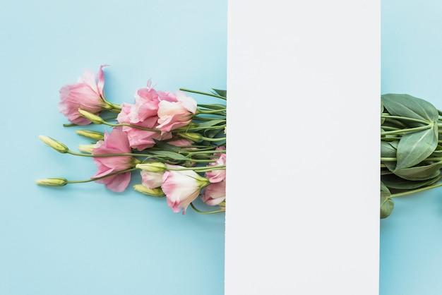 Papierblatt auf elegantem blumenstrauß