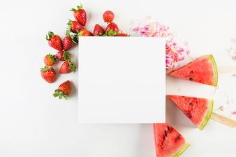 Papierblatt auf Früchten und Blumenblättern
