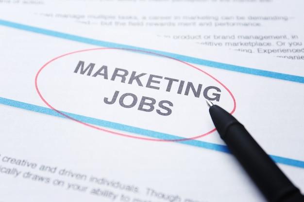 Papierblatt mit text marketing jobs, nahaufnahme