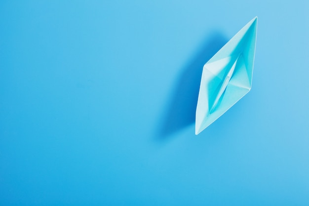 Papierboot auf blauem papierhintergrund
