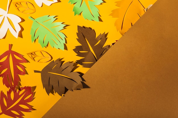 Papierbroschüren auf tabelle