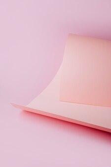 Papierdesign. pastellrosa papier in geometrischen formen. stilvoller hintergrund für die präsentation.