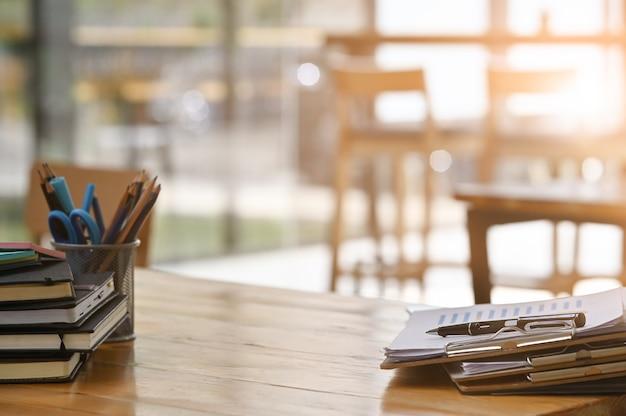 Papierdokumentendateien und stiftgeschäftsausrüstung auf hölzernem schreibtisch.