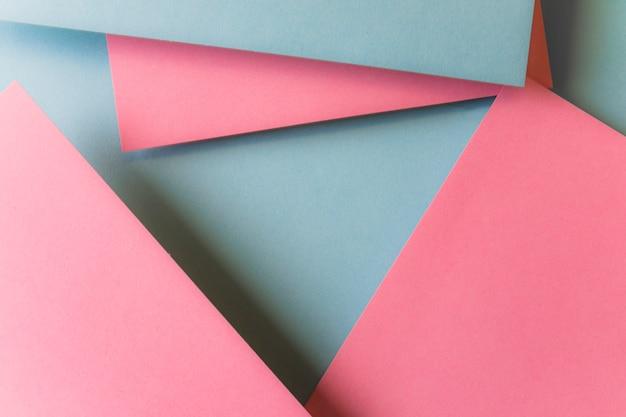 Papierdreieckformen überlagerten im abstrakten hintergrundmuster der modernen kunst