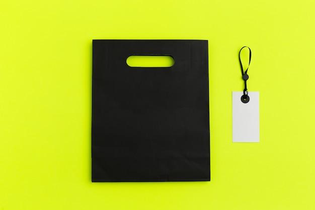 Papiereinkaufstasche auf buntem hintergrund