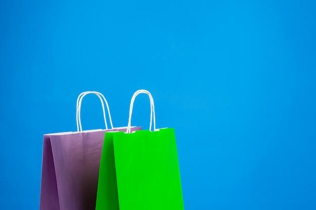 Papiereinkaufstaschen mit copyspace auf blau