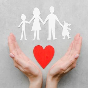 Papierfamilienzusammensetzung auf grauem hintergrund