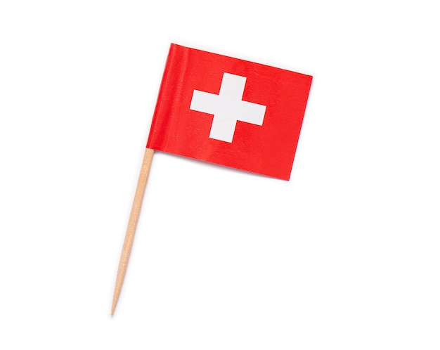 Papierflagge der schweiz auf holzzahnstocher isoliert auf weißem hintergrund