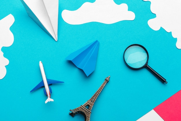 Papierflugzeug auf einem blauen hintergrund mit wolken