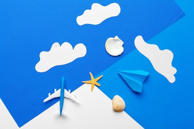 Papierflugzeug auf einem blauen papier mit wolken