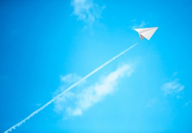 Papierflugzeuge im blauen himmel