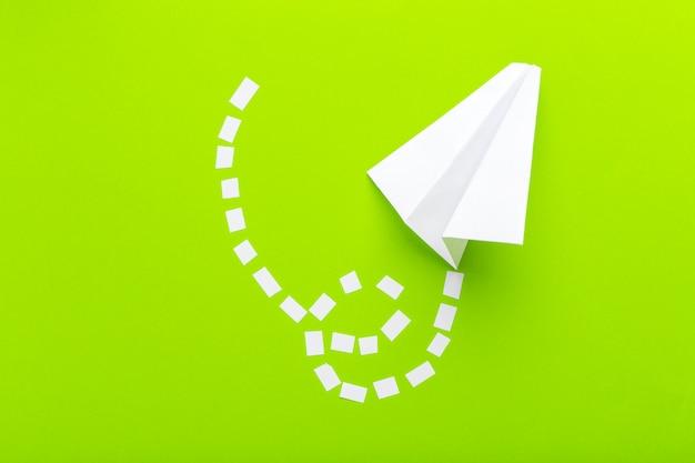 Papierflugzeuge schlossen an punktierte linien auf grünem hintergrund an. unternehmenskonzept
