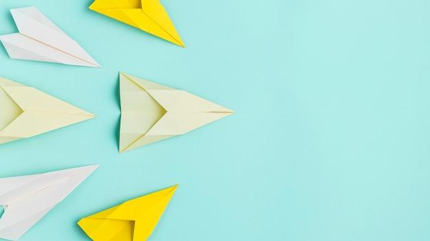 Papierflugzeugset mit kopierraum