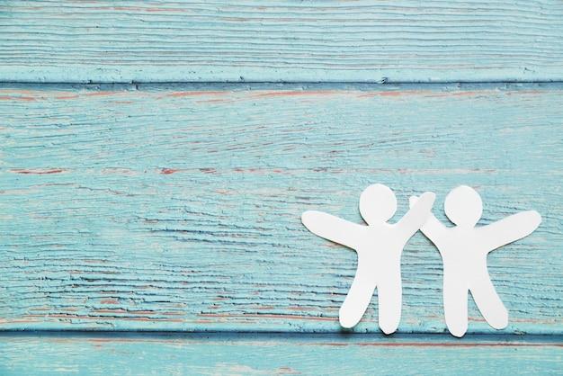Papierfreunde auf blauem hintergrund