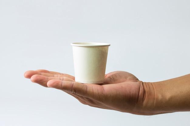 Papierglas in der hand sichere umgebung für getränke getränk enthalten