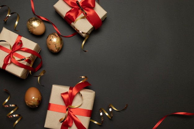 Papiergoldscheine und goldene eier der handgemachten geschenkboxen des osterferienfeiertags