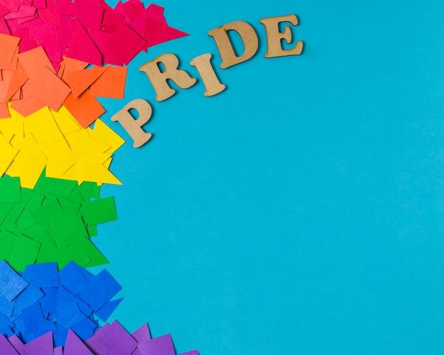 Papierhaufen in hellen lgbt-farben und stolzwort