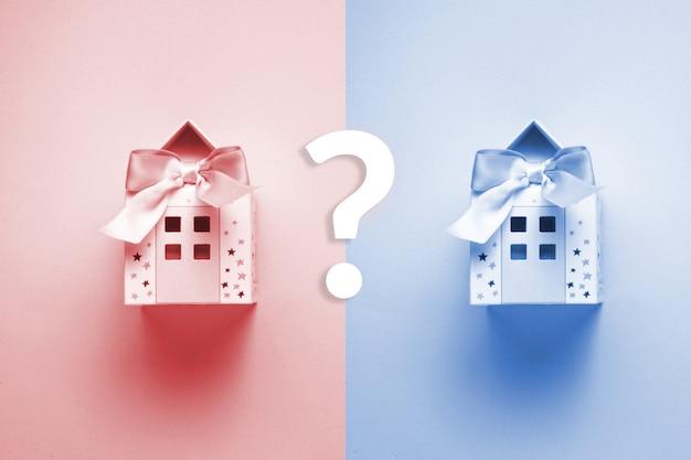 Papierhaus als playneck und spielzeug für kind auf dem blauen und rosa hintergrund