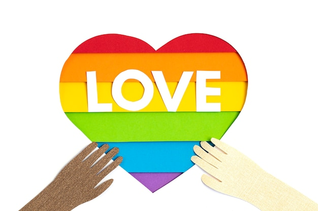 Papierherz mit regenbogenfarbstreifensymbol der lgbt schwulen stolzliebe