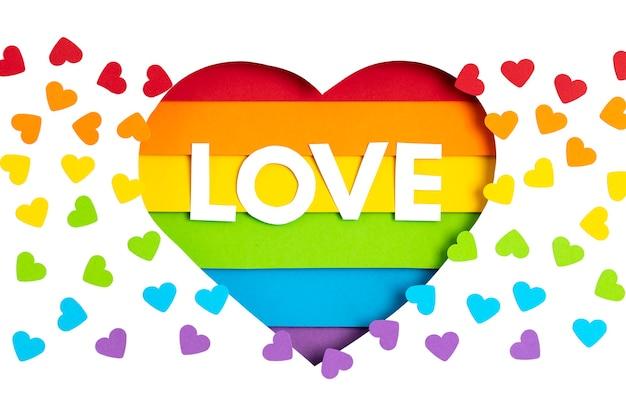 Papierherz mit regenbogenfarbstreifensymbol des schwulen lgbt-stolzes. liebe, vielfalt, toleranz, gleichheitskonzept