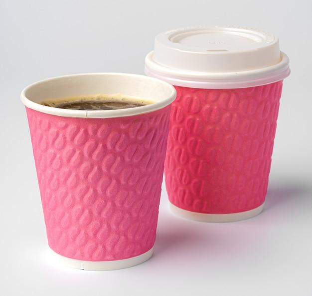 Papierkaffeetassen lokalisiert auf weißem hintergrund. nahansicht.