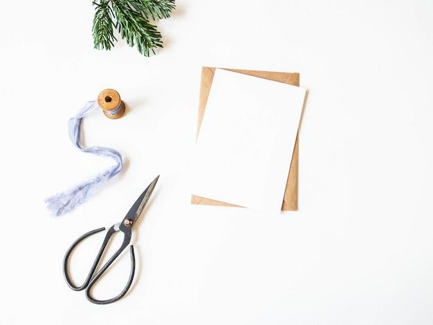 Papierkarte für brief-, umschlag- und weihnachtsdekoration. ansicht von oben. kopieren sie platz