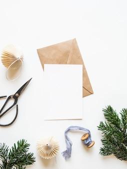 Papierkarte für brief-, umschlag- und weihnachtsdekoration. ansicht von oben.