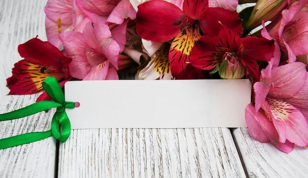 Papierkarte mit alstroemeriablumen
