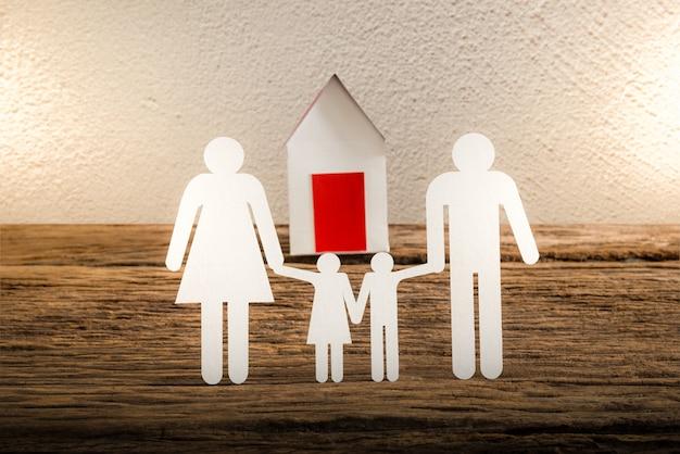 Papierkettenfamilie, die und haus symbolisiert