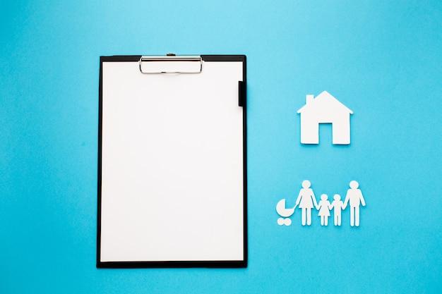 Papierkettenfamilie mit hausfigur und zwischenablage