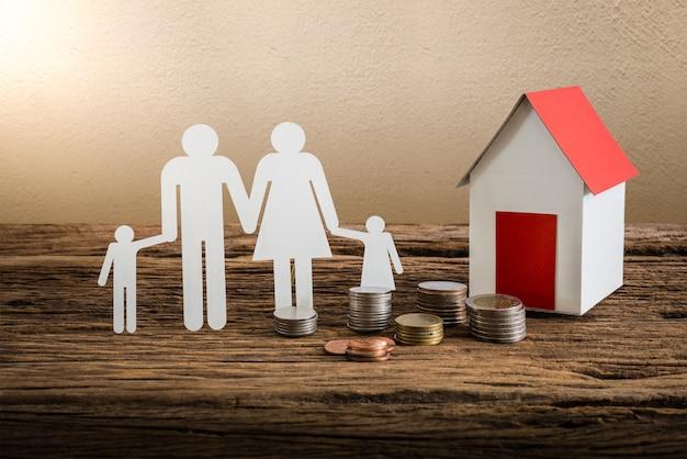 Papierkettenfamilie symbolisierend und haus