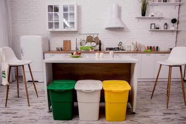 Papierkörbe in der küche recyceln. hausmüllsortierung.