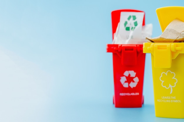 Papierkörbe mit recycling-symbolen