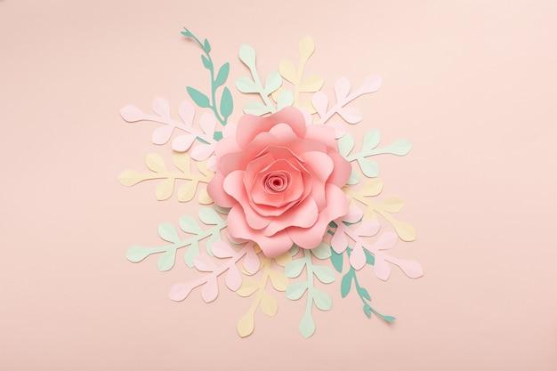 Papierkunst rosa hintergrund mit blumen und tropischen blättern. mode blumengrußkarte.