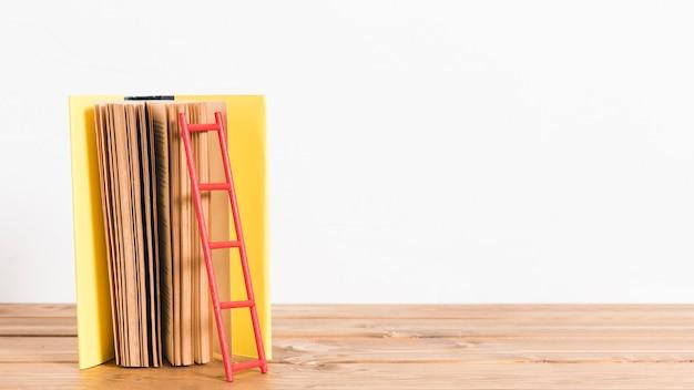 Papierleiter auf altem gelbem buch