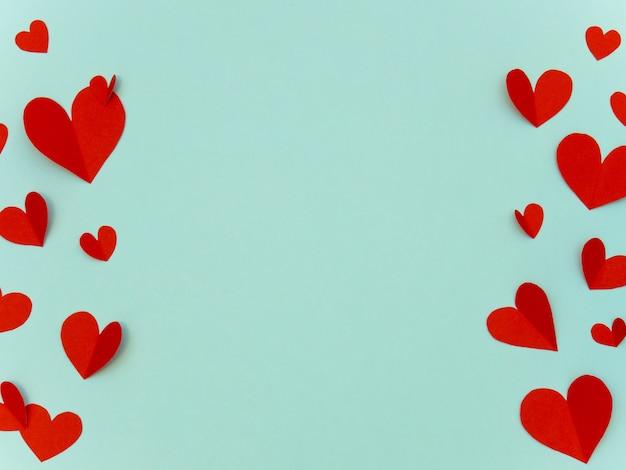 Papierliebesherzen rahmen hintergrund mit copyspace für valentinstag oder romantisches konzept ein