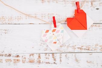 Papiermarken mit Stiften, die auf Faden hängen